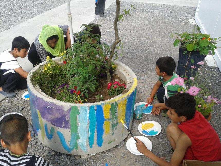Von grau zu bunt – Die Pflanztröge an der Fluchtlingsunterkunft bekommen Farbe